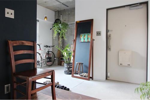 約3畳のモルタル土間には天井にグリーンを飾れるようにレールを設置した。
