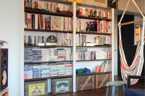 お気に入りの本やレコードが並ぶリビングの造作本棚はまるでギャラリーの様。