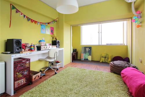 子供部屋は壁や床をDIYでビビッドなイエローとブラウンに塗装した。