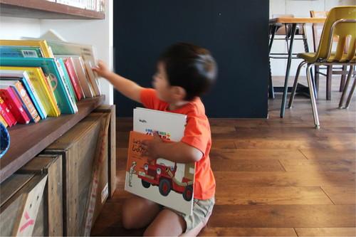 本棚の一部はお子様の専用のスペースに。お気に入りの絵本がたくさん並んでいる。