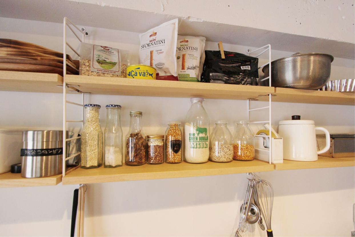 バックカウンター上部にはスウェーデン製の棚を取り付けこだわりの品をディスプレイ。