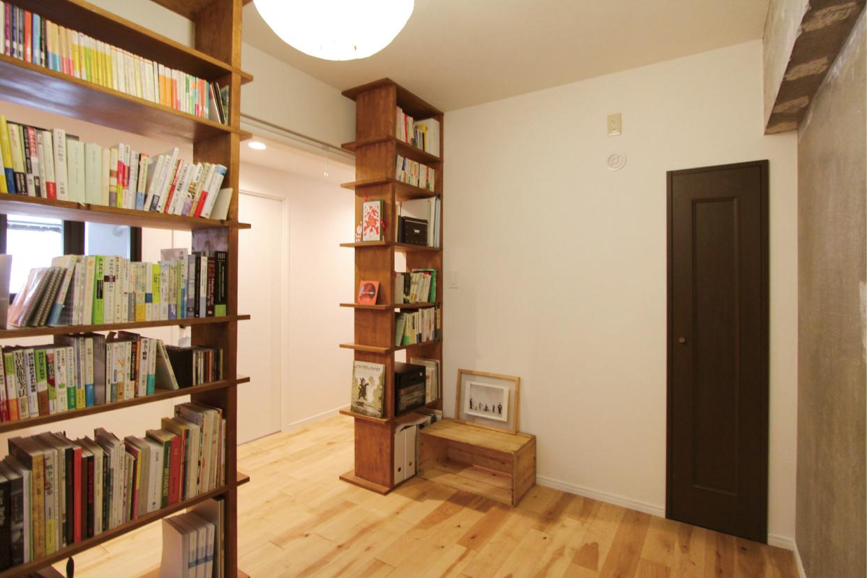 松丸本舗やTSUTAYA書店をイメージしてつくった空間の間仕切りを兼ねたご主人お気に入りの造作本棚。