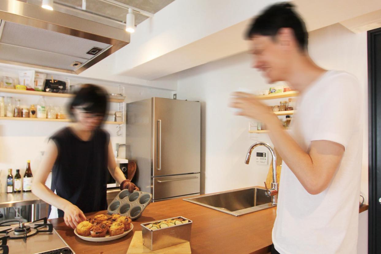 キッチンでお菓子作りをしながらおしゃべりを楽しむH夫妻。