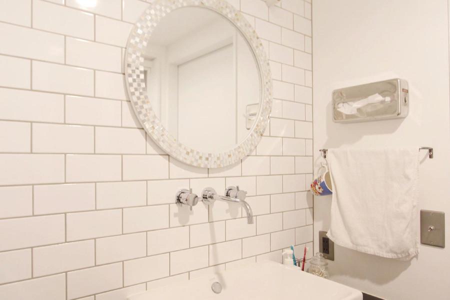 奥様お気に入りの白で統一された洗面スペースには愛着のあるミラーをプラス。