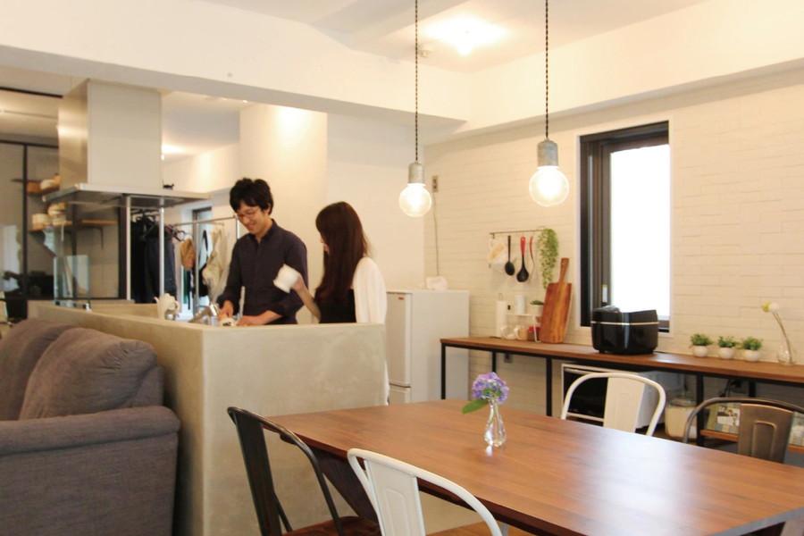 オープンなキッチンは腰壁をモルタルで覆いお部屋のテイストと合わせた。