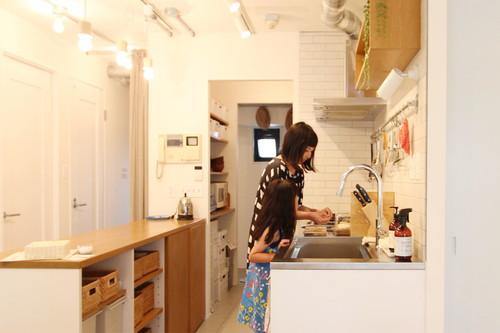 白と木をベースにパントリーとつながるようにデザインした造作キッチン。