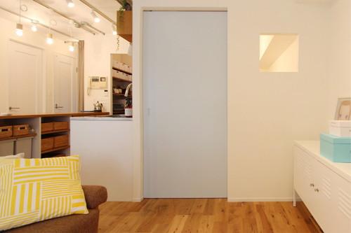 小さな小窓でつながるリビングと子供部屋。グレーブルーの扉が空間のアクセントに。