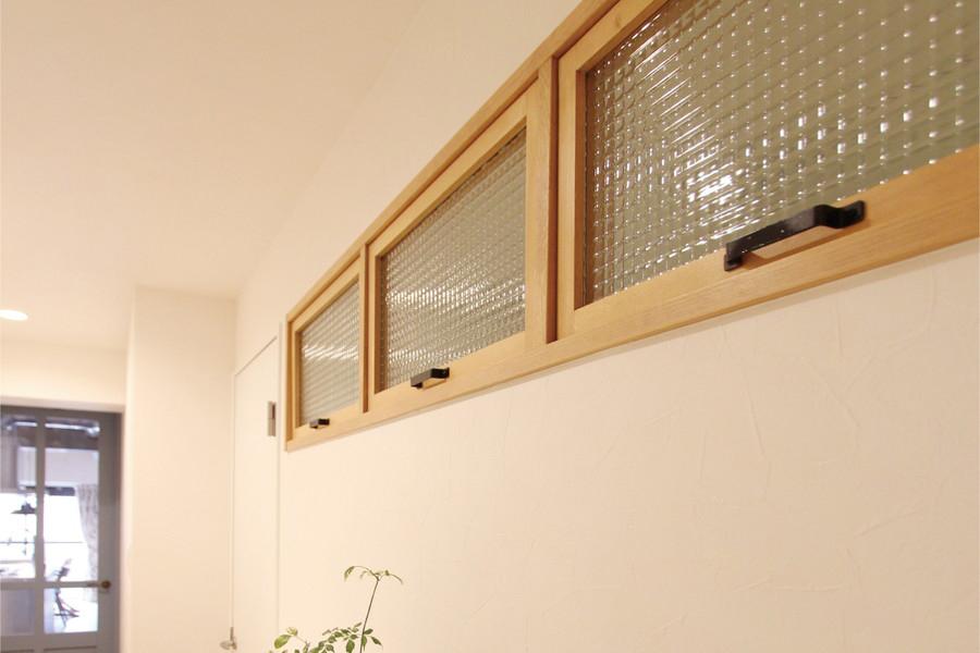 寝室の窓の取手も自分の好きな色にDIYで塗装し取付けた。