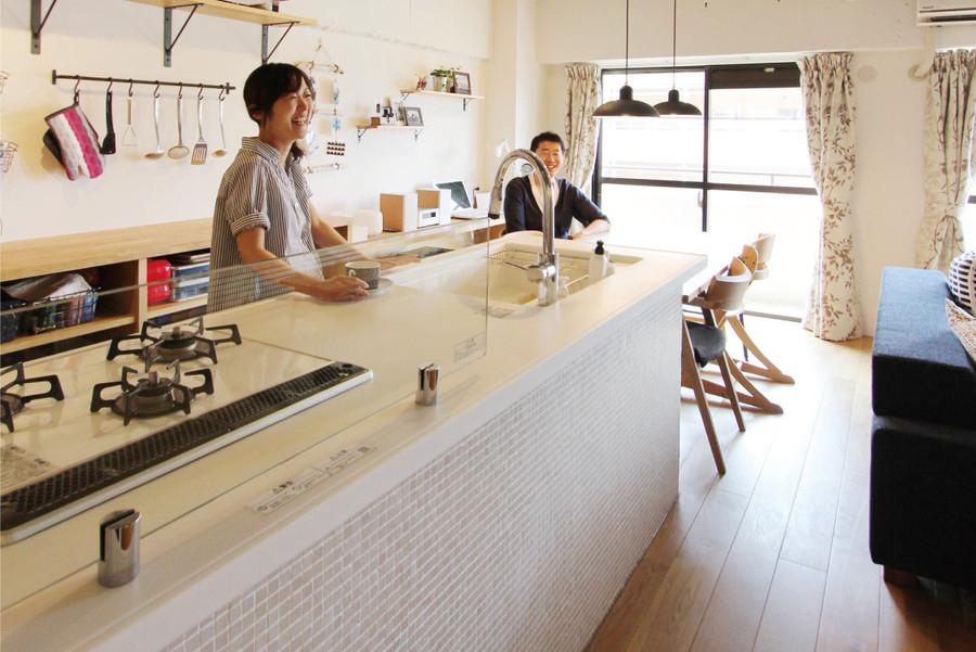 腰壁にガラスモザイクを張ったキッチンは光が当たるとより一層美しい。
