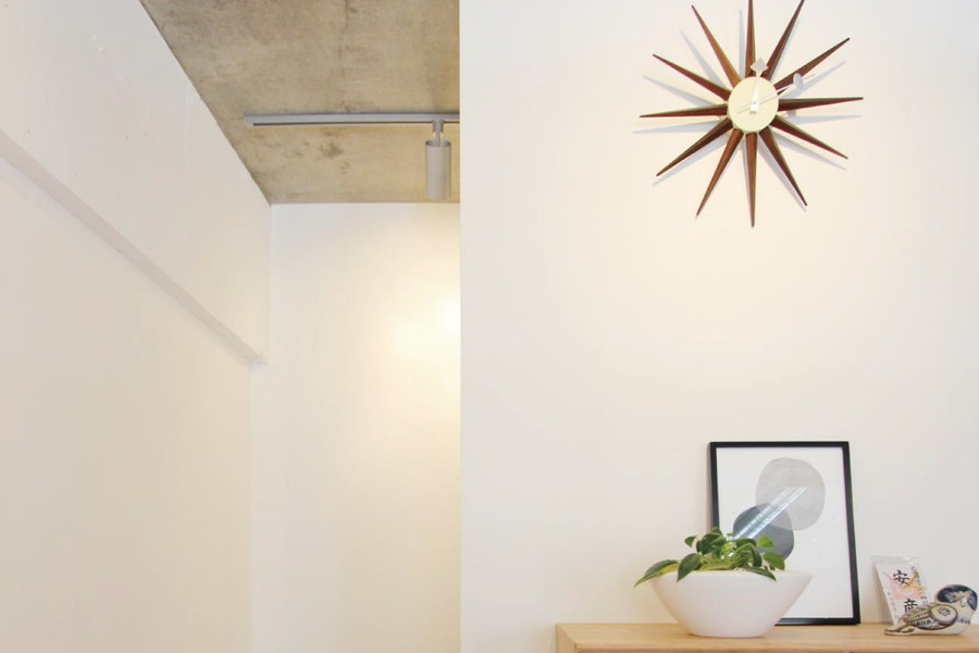 化粧壁は電子ピアノを隠すだけでなく、小物のディスプレイスペースにもなっている。