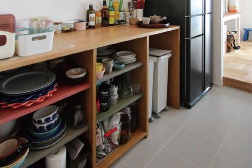 キッチンの床はダイニングテーブルと高さを揃えるために、12センチ低くなっている。