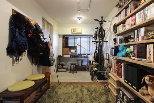 玄関横の書斎スペースには、アウトドアグッズや、趣味の自転車、アメコミなどが丁寧にディスプレイされている。