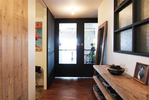 黒塗装された両開き扉は、子供が怪我をしないように扉下部までガラスをはめ込まないデザインに。