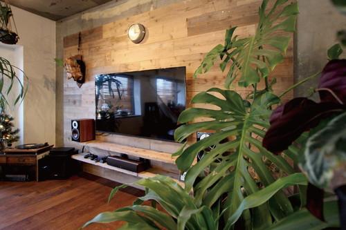 足場材を使用したリビングスペースには、壁付けの TVとスピーカーを設置しマイシアタールームに。