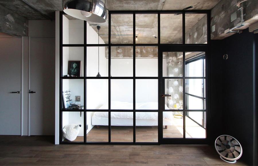 中古リノベーション:光を部屋全体に通すガラス扉で仕切る