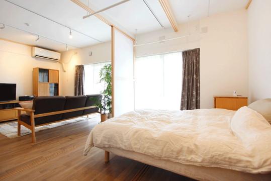 床に敷居、天井に鴨居を取り付けフレキシブルな空間づくりを可能に