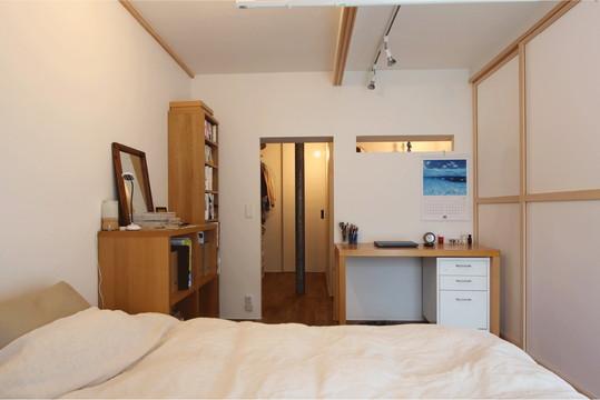 寝室から直接アクセスできる WIC。その奥の引き戸を開けると洗面室へとつながる