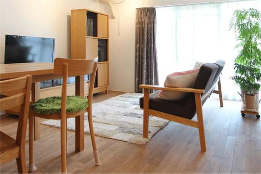 木の温もりが感じられる家具で統一されたリビング