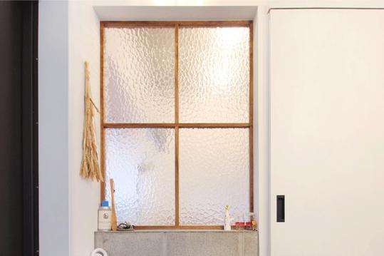 土間から見た寝室内窓。デザインはKIRI( クリームチーズ) のCMを参考にしたのだそう。