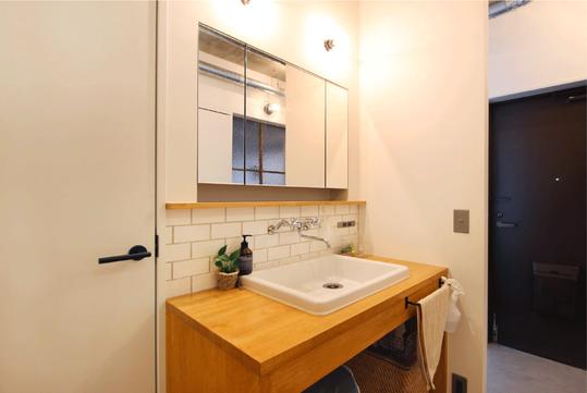帰ってきてすぐに手を洗うことのできる、扉のないオープンな洗面スペース。