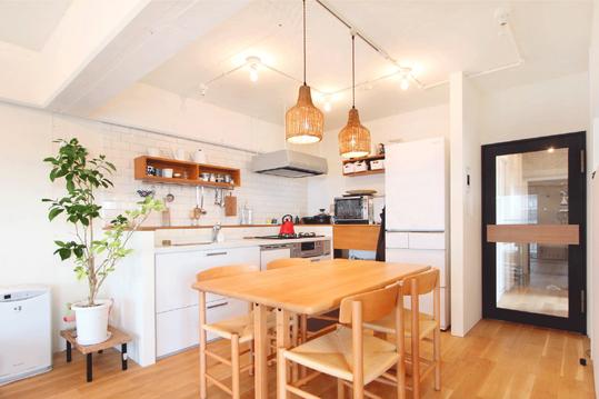 壁付けキッチンで空間を有効活用し、広いダイニングスペースを確保