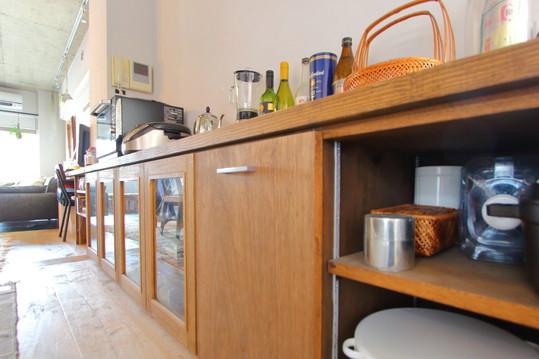 造り付けの棚も、一続きの高さで。食器から雑貨、本までなんでも収納
