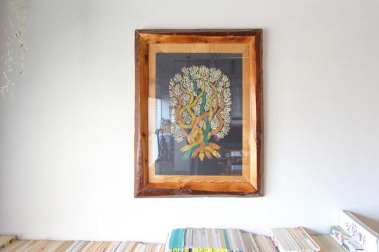 インドの絵本とコラボレーションした額縁を特等席に飾る