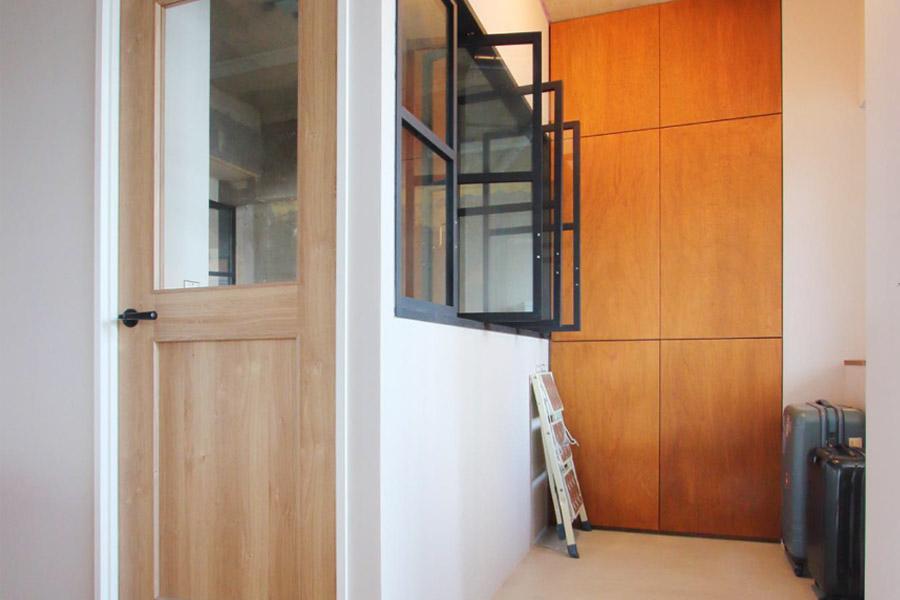 寝室は土間側にも内窓を設け、採光と通風を確保。