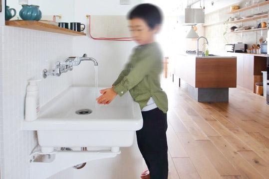 オープンな洗面スペースはモザイクタイルの壁に実験用シンクを取り付けシンプルに。