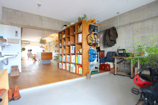存在感のある本棚は約30cm四方の箱を積み重ねるようにして造作した。
