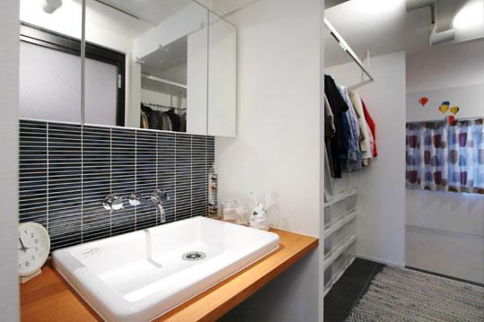 洗面と隣り合わせのWIC。WICは2人分の服を存分に仕舞えるスペースを確保。