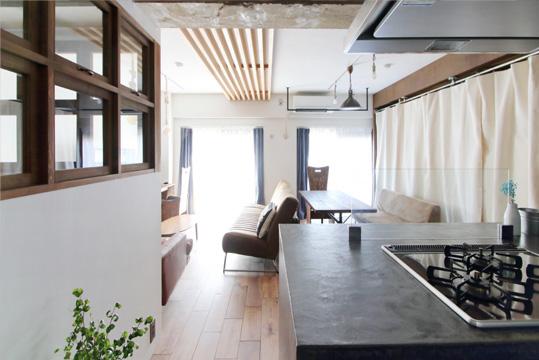 左に写る寝室の内窓は木で造作し、開閉式になっている。