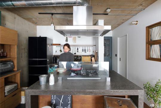 壁や天井の躯体現しが無骨な雰囲気のキッチンとよく似合う。